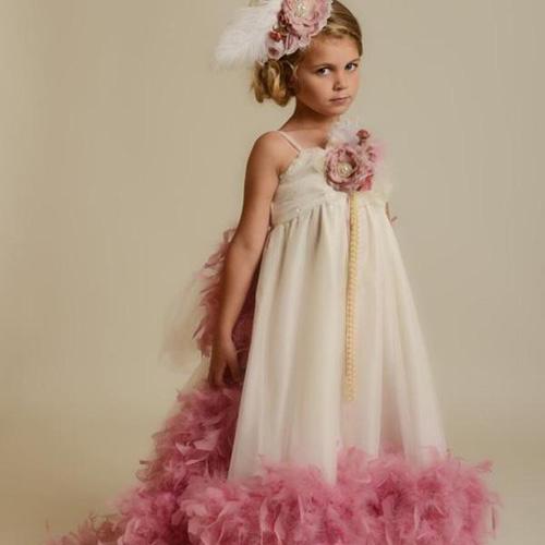 Детское платье с перьями